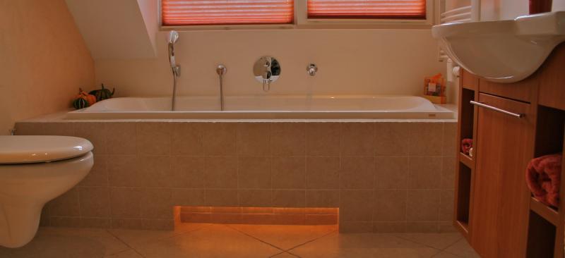 Een compleet gestucte badkamer.
